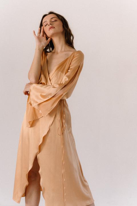 Золотое платье на запах из шелка с рукавом