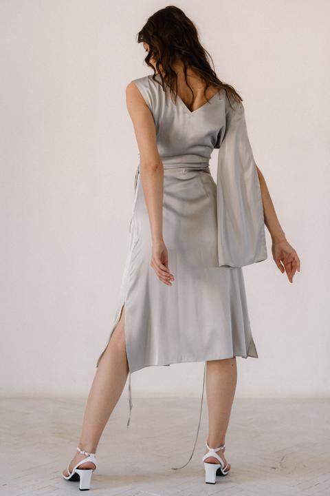 Серебряное платье на запах из натурального шелка с рукавом