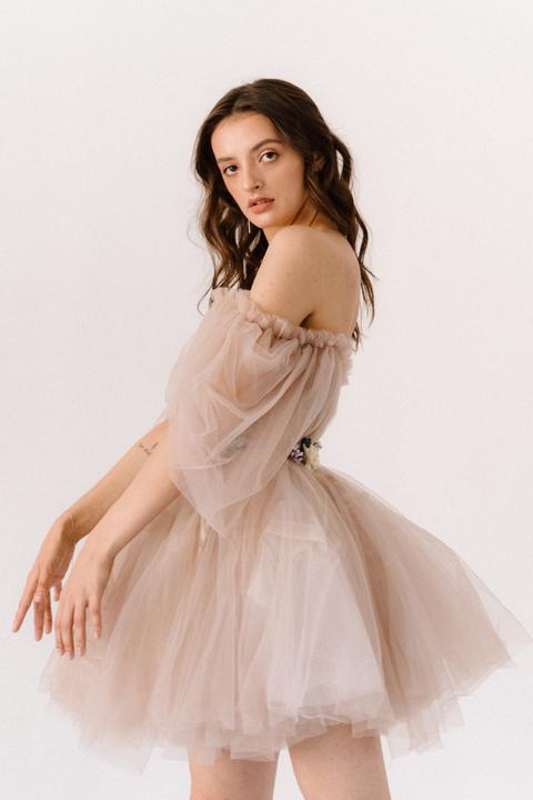 Короткое пышное платье мини песочного цвета с цветами