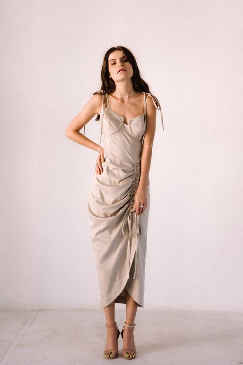 Бежевое платье миди с оборкой сбоку из тенсела