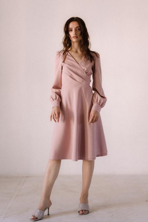 Розовое платье миди с треугольным вырезом