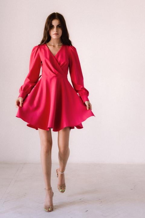 Малиновое платье с треугольным вырезом