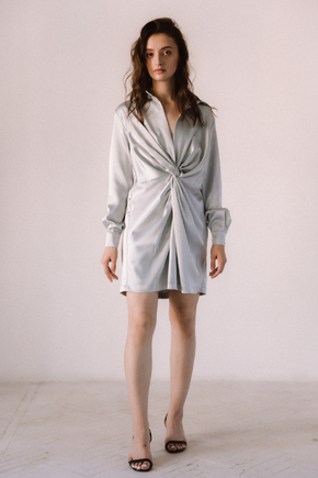 Срібне шовкове плаття міні з довгим рукавом і глибоким декольте в прокат и oренду в Киiвi. Фото 2