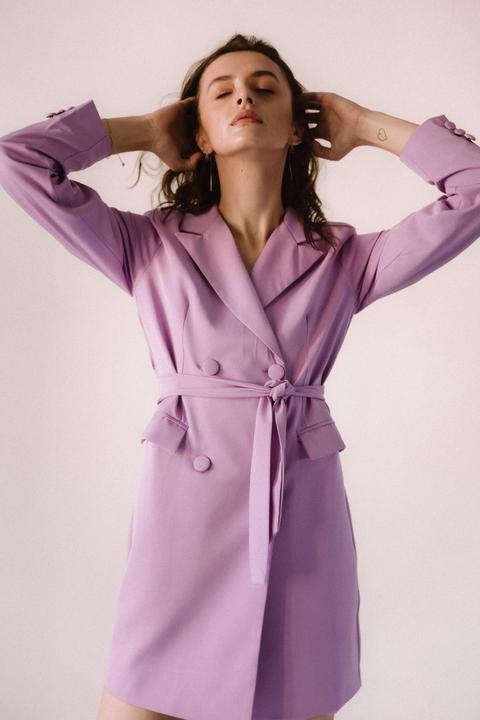 Ярко-розовое платье пиджак с поясом