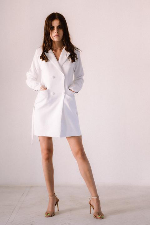 Белое платье-пиджак с поясом и длинным рукавом