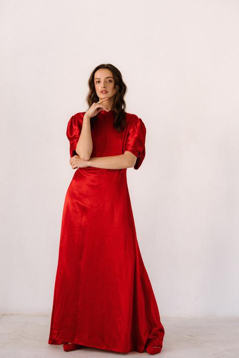 Красное шелковое платье с рукавами буф