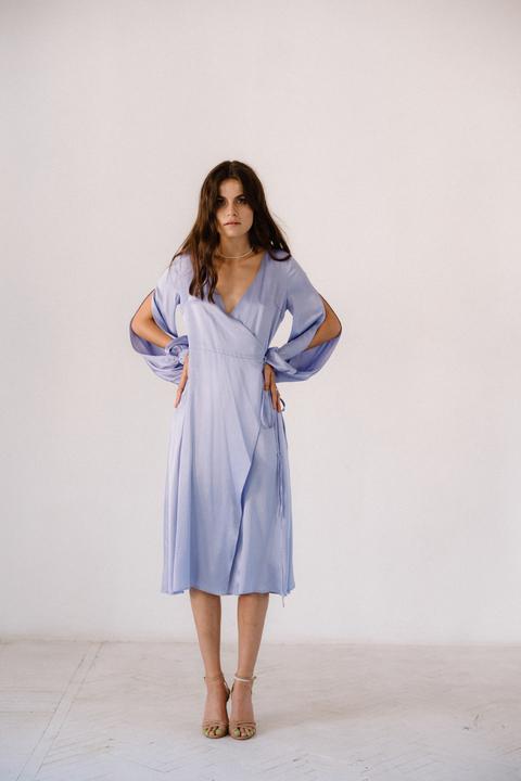 Лиловое платье на запах из натурального шелка