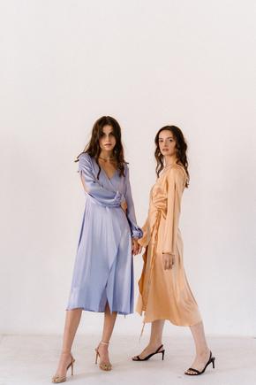 Золоте плаття на запах з шовку з рукавом в прокат и oренду в Киiвi. Фото 2