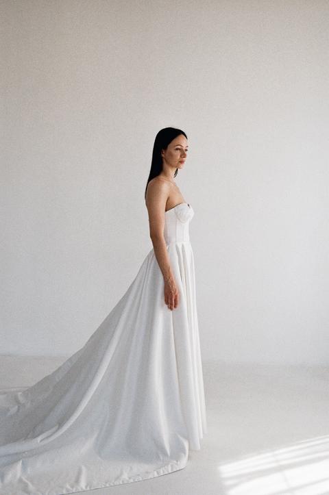 Белое пышное платье из атласа с длинным шлейфом