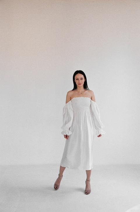 Шелковое белое платье с рукавом буф и драпировками