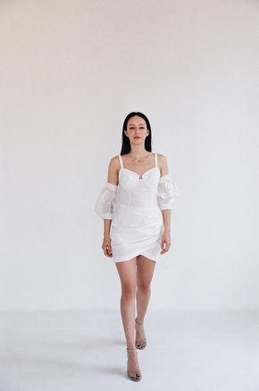 Біле плаття міні з фантазійними рукавами в прокат и oренду в Киiвi. Фото 1