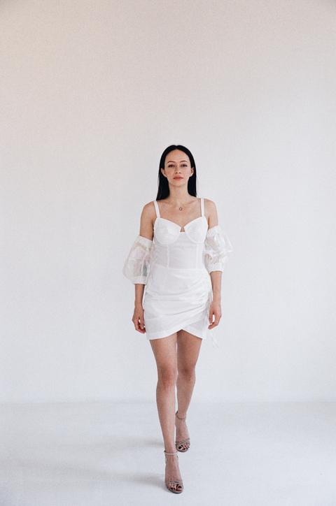 Белое платье мини с фантазийными рукавами