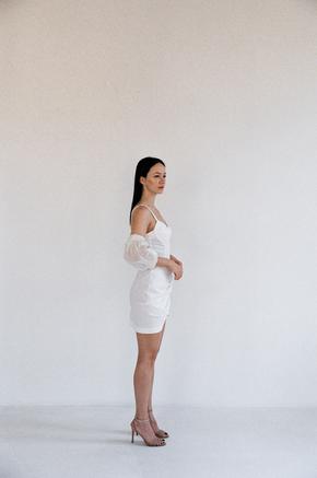 Біле плаття міні з фантазійними рукавами в прокат и oренду в Киiвi. Фото 2