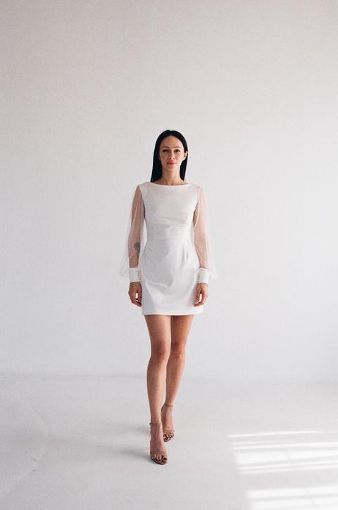 Белое короткое платье с рукавами из тюля