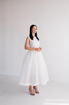 Біла пишна сукня з структурованої тканини з коміром з перлів в прокат и oренду в Киiвi. Фото 2