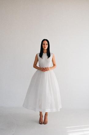 Біла пишна сукня з структурованої тканини з коміром з перлів в прокат и oренду в Киiвi. Фото 1