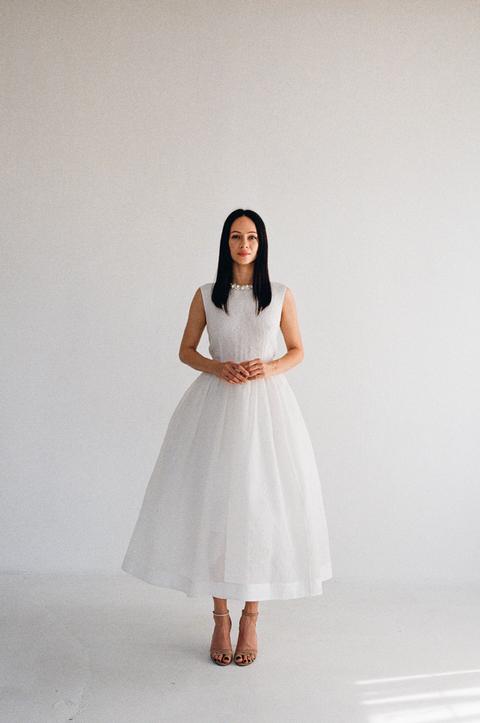 Белое пышное платье из структурированной ткани с воротником из жемчуга