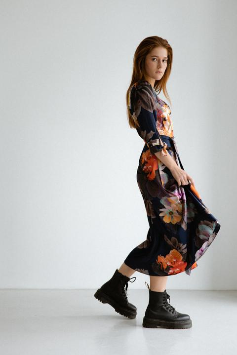 Шелковое платье длины миди синего цвета в большие цветы