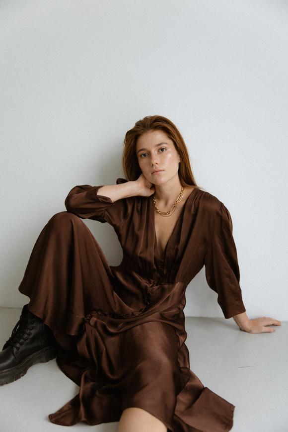 Шелковое платье миди шоколадного цвета с пуговицами в прокат и аренду в Киеве. Фото 1