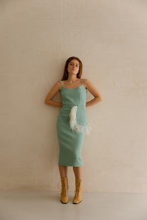 Cилуэтное платье миди с декором из перьев мятного цвета в прокат и аренду в Киеве. Фото 1