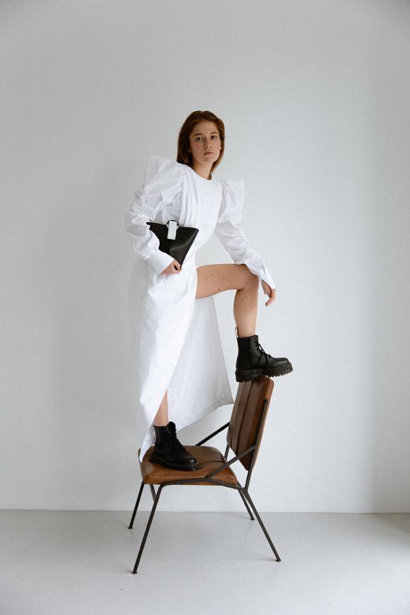Платье макси с разрезом белого цвета и объемными плечами в прокат и аренду в Киеве. Фото 1