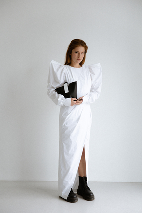 Платье макси с разрезом белого цвета и объемными плечами в прокат и аренду в Киеве. Фото 2