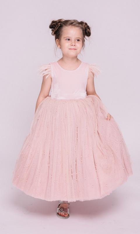 Детское розовое платье с бусинами