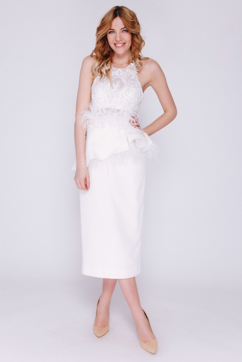 Белое платье миди с кружевным верхом и перьями