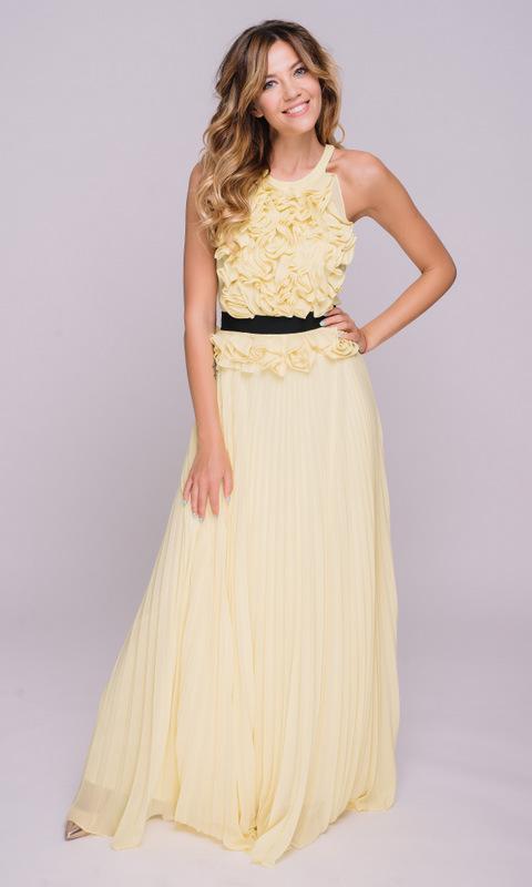 Желтое платье с плиссированной юбкой