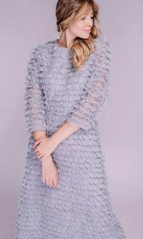 Платье серо-голубого оттенка с рюшами