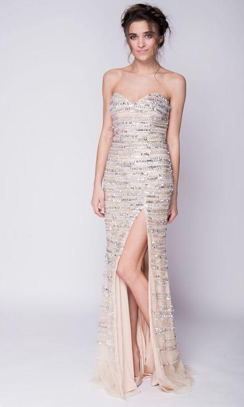 Бежевое платье в пайетках с разрезом