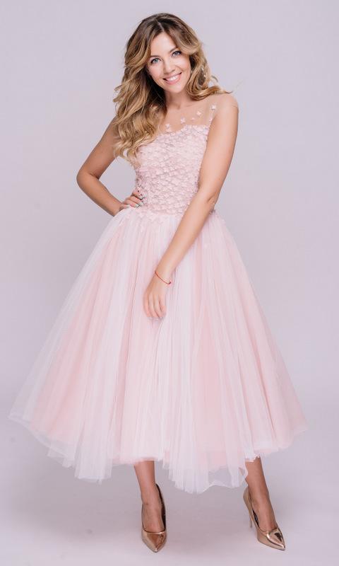 Нежно-розовое платье миди с пышной юбкой и аппликациями