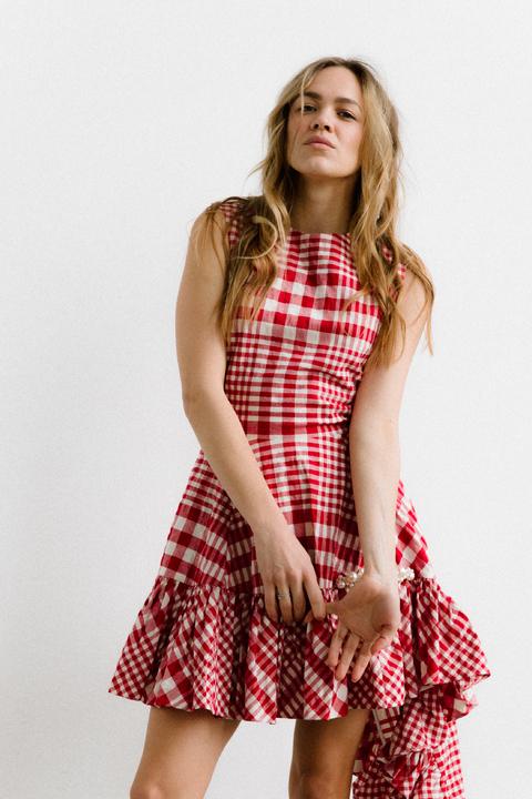 Платье в красную клетку с оборками и асиметричным низом