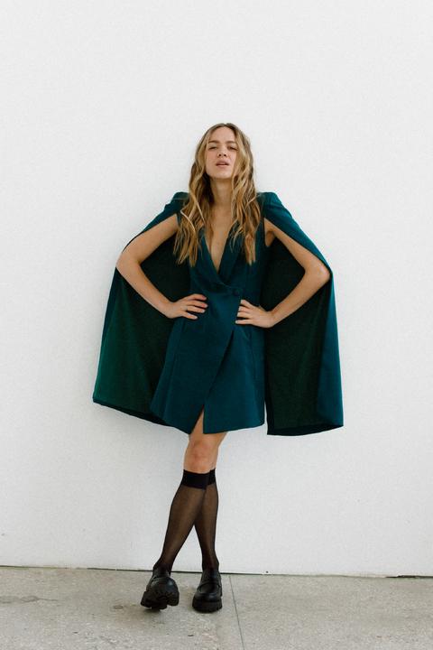 Зеленое платье мини с кейпом