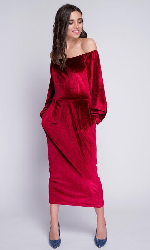 Красное бархатное платье со спущенными плечами