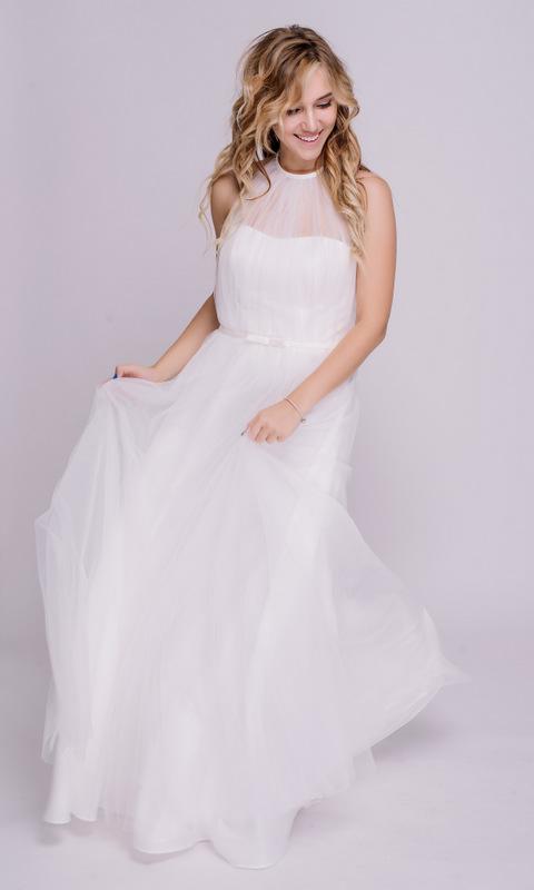 Белое платье с открытыми плечами в пол