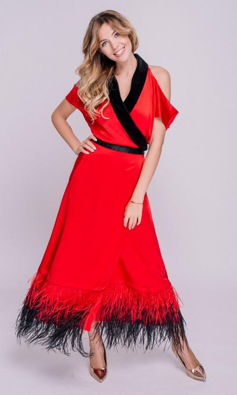 Красное платье миди на запах с перьями