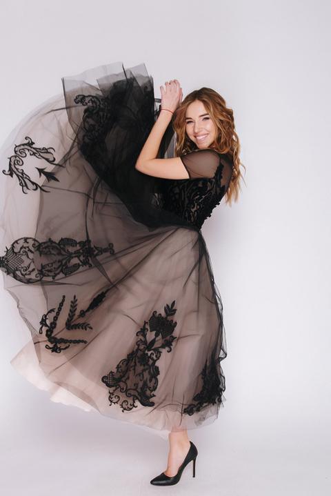 Черное платье миди с аппликацией и бежевой подкладкой