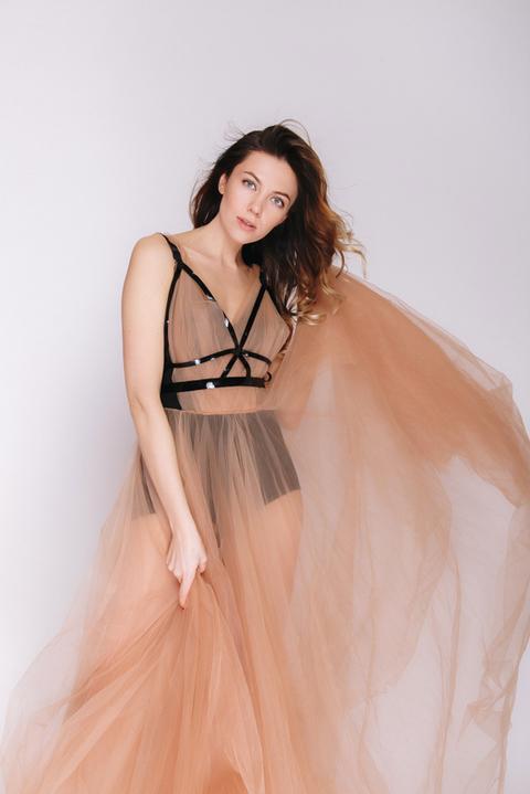 Бежевое платье из фатина с лаковым поясом