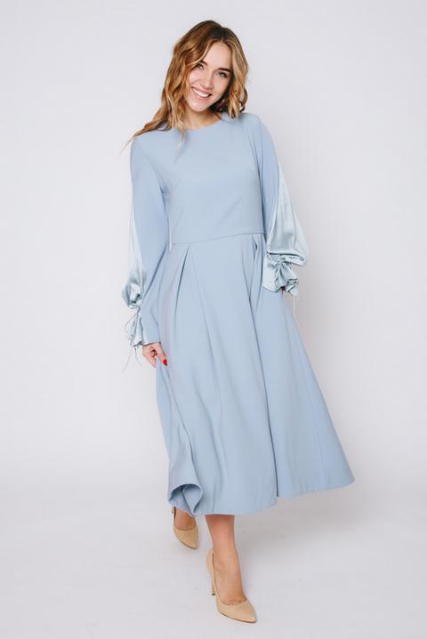 Голубое платье с рукавом