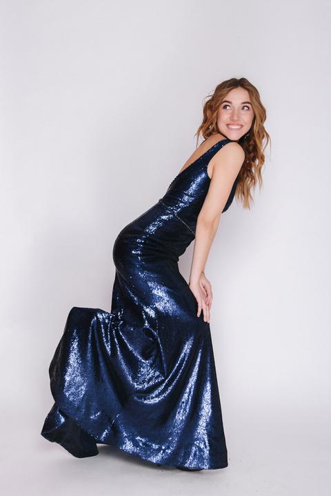 Синее платье в пол из пайетки с глубоким вырезом