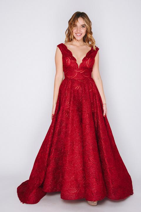 Бордовое платье с глубоким вырезом и пышной юбкой