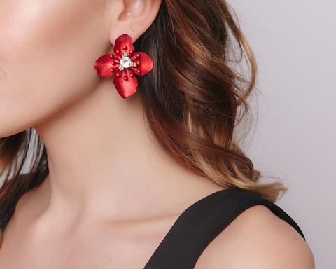 Красные серьги в форме цветка