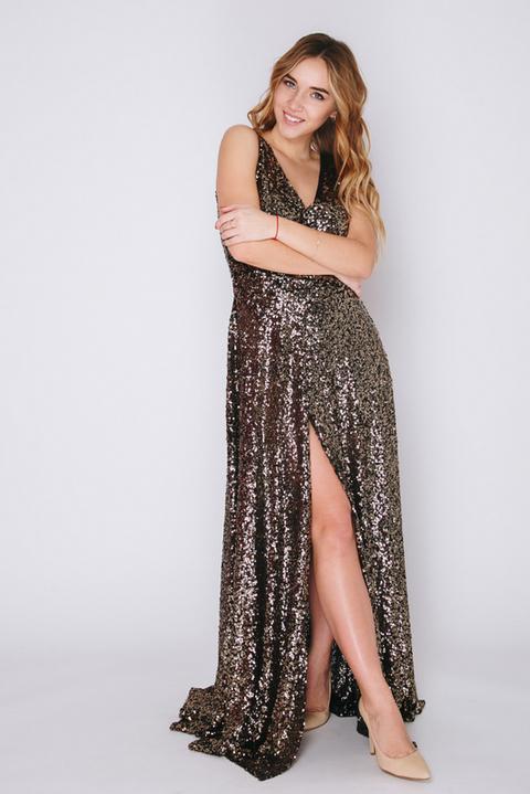 Платье в пол с золотыми пайетками и глубоким вырезом