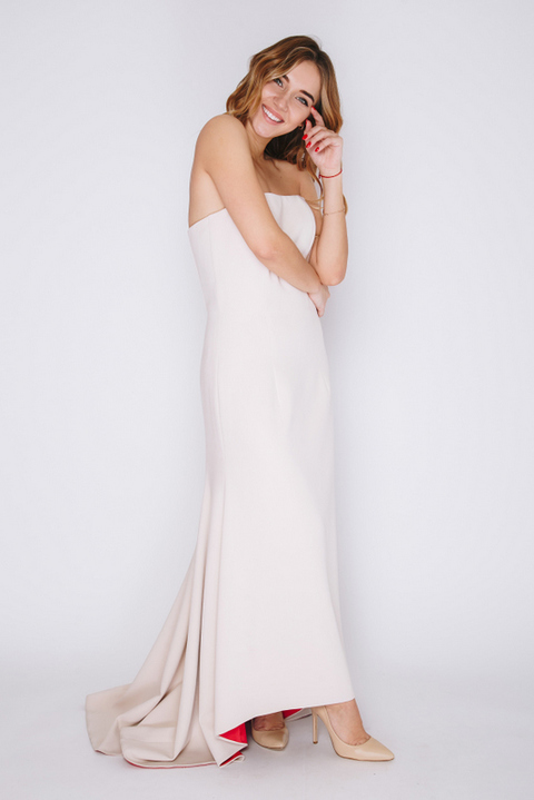 Платье молочного цвета с розовым подкладом
