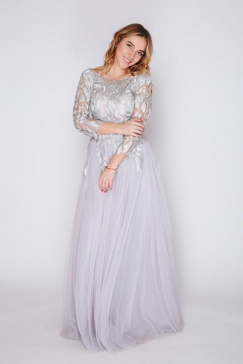 Пепельно-серое платье в пол с длинным рукавом