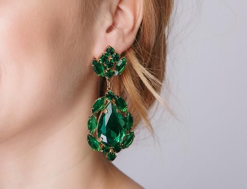 Длинные серьги с крупными темно-зелеными камнями