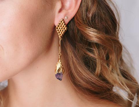 Золотые серьги с фиолетовым камнем и застежкой в форме ромба