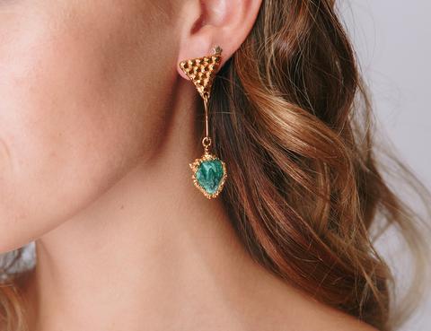Золотые серьги с  зеленым камнем и застежкой в форме треугольника