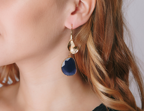 Золотые серьги с крупным темно-синим камнем
